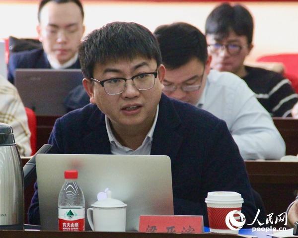 中央党校国际战略研究院副教授梁亚滨发言(人民网记者 杨牧摄)