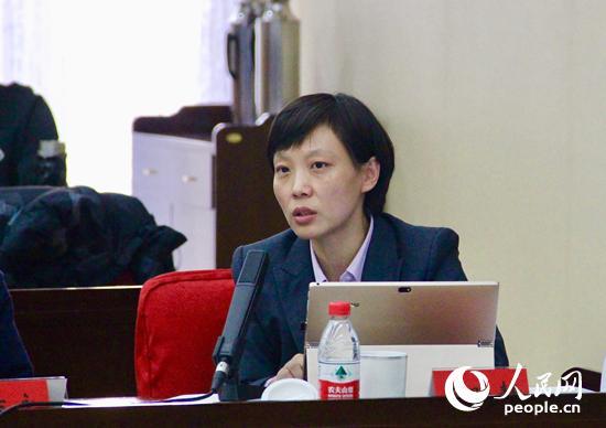 中国人民武装警察部队维和警察培训中心讲师王晓静发言(人民网记者 杨牧摄)